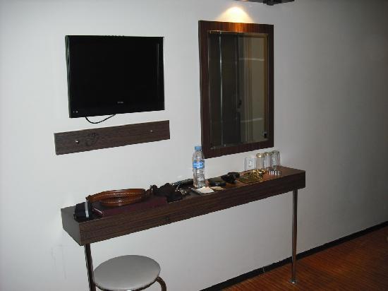 Marinem Istanbul Hotel: Escritorio con silla de baño