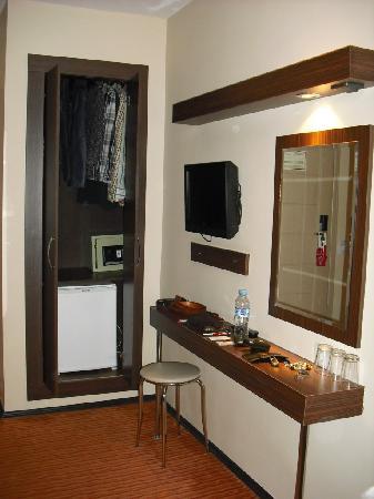 Marinem Istanbul Hotel: armario-nevera de 0,50x1,80 m