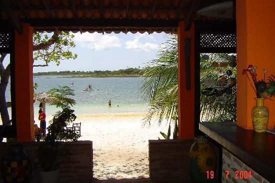 Pousada do Paulo : il ristorante con vista sul lago