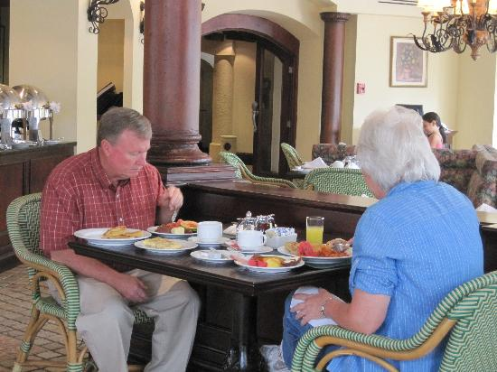 Clarion Hotel Real Tegucigalpa: Couple enjoying the breakfast buffet.