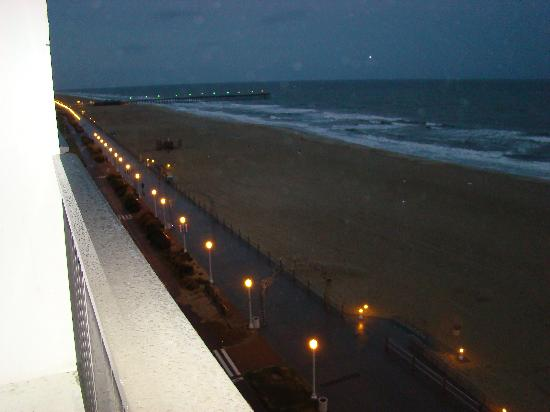 Barclay Towers Resort Hotel: 8th floor balcony twilight view toward pier on rainy day