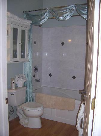 Serenity Tea House Inn: bath w/ jacuzzi tub