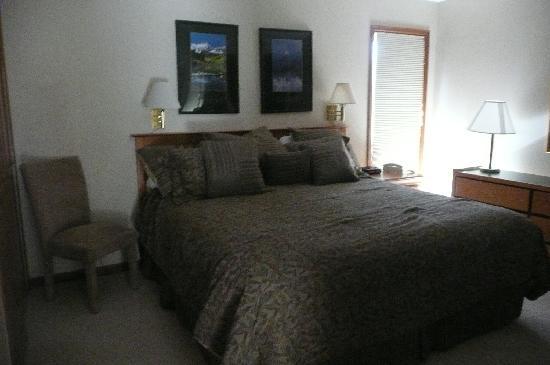 Swan Mountain Resort: Master Bedroom and Bathroom