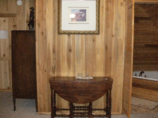 Flatwoods, TN: Beautiful antiques in our lovely room.