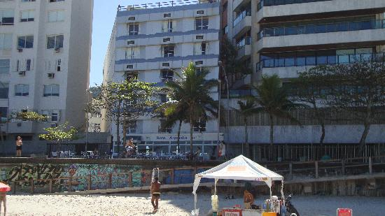 Hotel Arpoador: Hotel cafe seen from Ipanema beach. At the tent you rent beach chairs, umbrellas, get a drink.