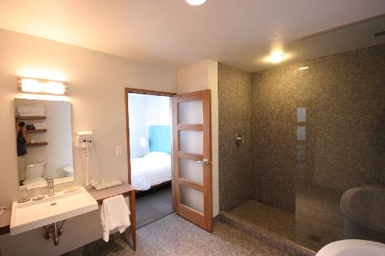 The Modern Hotel and Bar : barthroom was big and comfortable