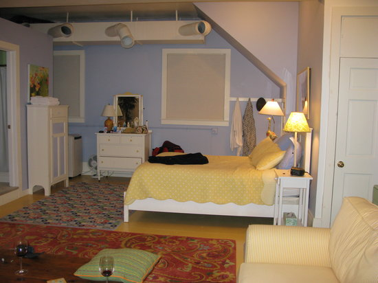 "Howard Street Guest House : The ""bedroom"" (excellent mattress and pillows!)"