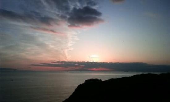 โรงแรม โตมิอูระ รอยัล มินามิโบโสะ: 部屋から海へ沈む夕日が見られます