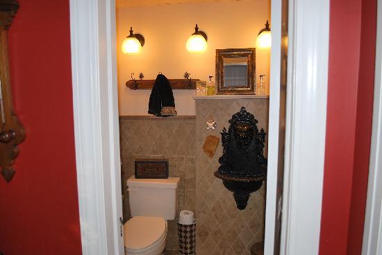 Inn at Twaalfskill: downstairs bathroom....coolest sink i've ever seen