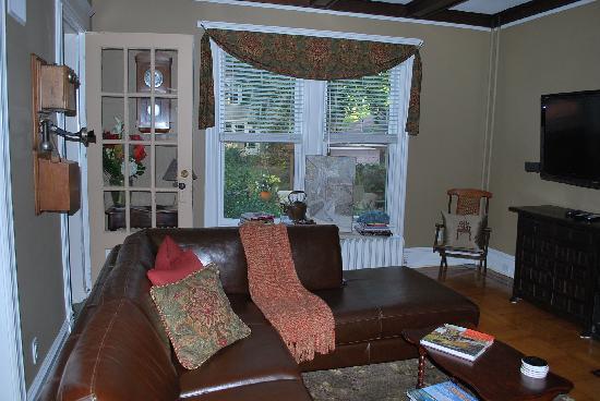 Inn at Twaalfskill: Living Room w/ huge flatscreen and dvd's to watch