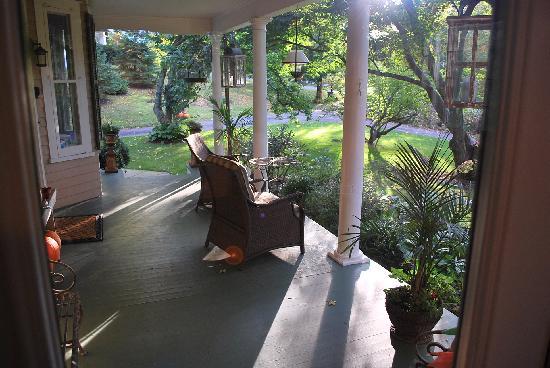 Inn at Twaalfskill: Front Porch