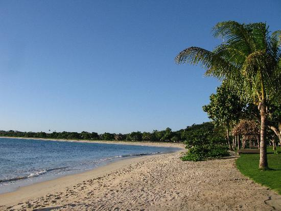 InterContinental Fiji Golf Resort & Spa: View along the beach outside the room