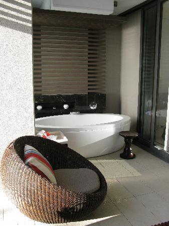 อินเตอร์คอนทิเน็นทอลฟิจิกอล์ฟรีสอร์ทแอนด์สปา: Outside area of room with Cleopatra bath