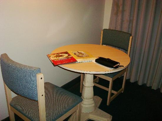 ذا ساند كاسل موتل: Table