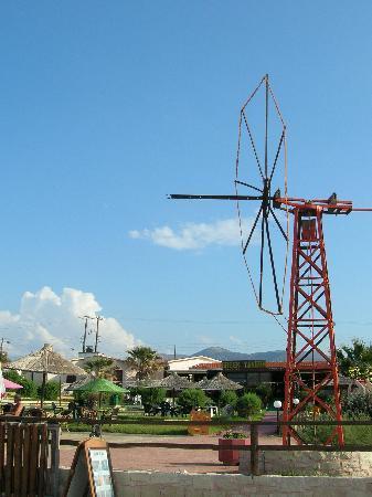 Portokali Apartments: Mylos Bar windmill and sea front, Anissaras