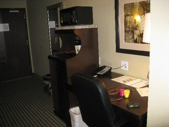 Best Western Plus Olathe Hotel: frign, microwave, coffee pot