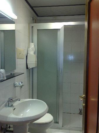 Alla Bianca Hotel Trattoria Bar: Bathroom with shower