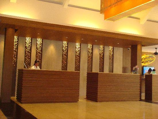Novotel Phuket Surin Beach Resort. : Frontdesk