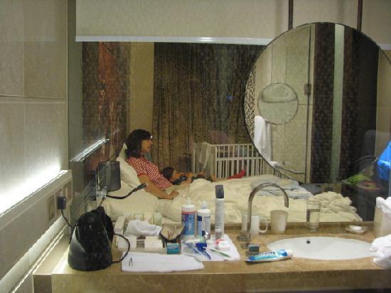 โรงแรมฮาร์เบอร์ แกรนด์ ฮ่องกง: Bathroom view to room