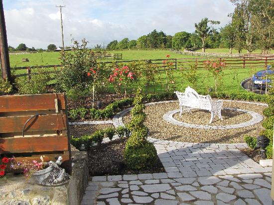 Newmarket On Fergus, Irland: Garden at the side of the house