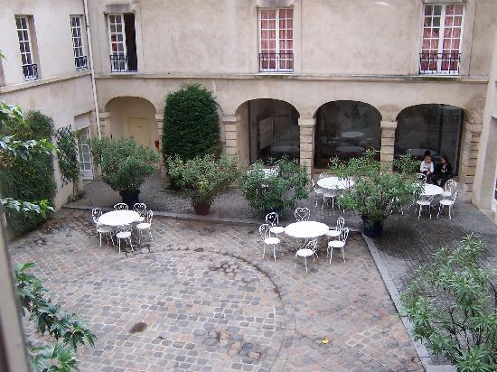 Auberge de Jeunesse MIJE  Fourcy: courtyard