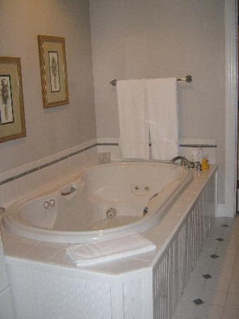 Stone Hill Inn : Big Jacuzzi Bath for relaxing