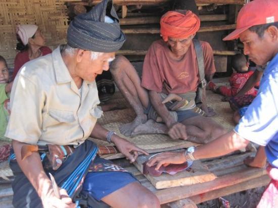 """Sumba, إندونيسيا: Lecture des """"oracles"""" dans le foie du porc qui vient d'être sacrifié... pour être mangé!"""