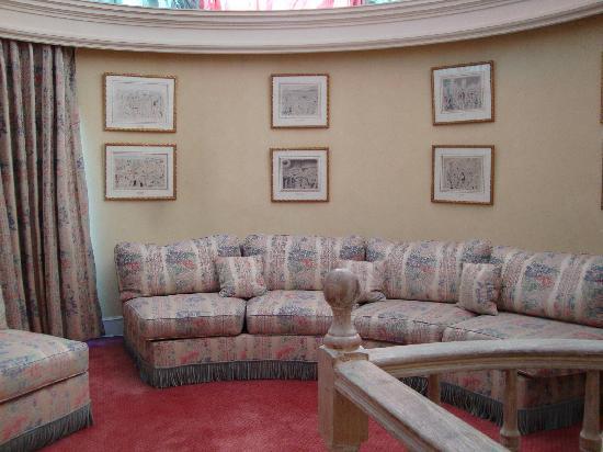 De Vigny Hotel : The second story living room