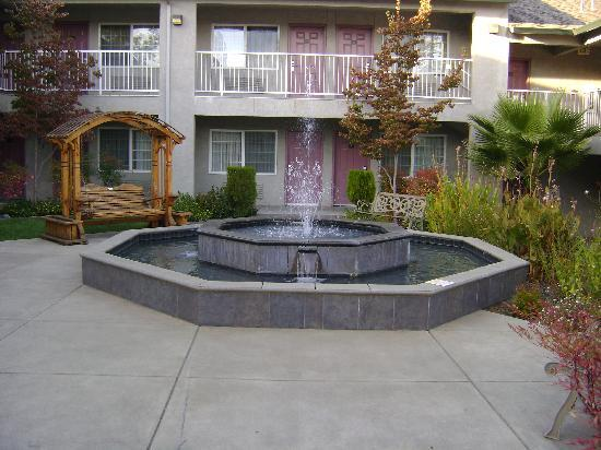 Super 8 by Wyndham Willits : Courtyard and Fountain