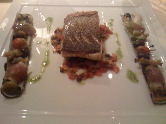 Restaurant Christopher Coutanceau: Bar de ligne cuit sur sa peau croustillée, couteaux et palourdes au vert de persil, vinaigrette