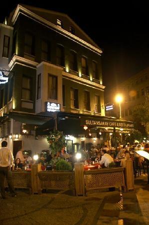 Hotel Sultansaray: Sultan Saray Hotel & Restaurant at night