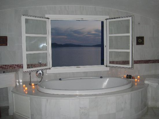 Mykonos Grand Hotel & Resort: Window in Bathroom