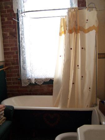 Hamilton House Inn: Bathroom 2