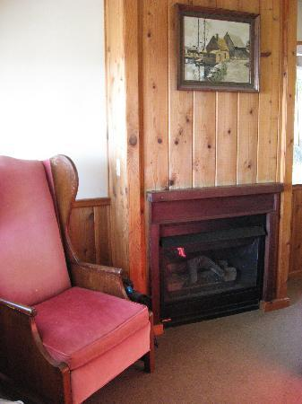 Gorda Springs Resort: Gas Fire at the end of the bed
