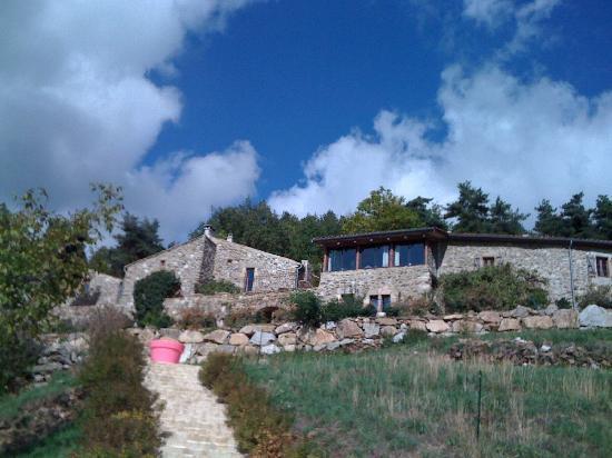 Le Hameau de la Mûre : Monté de la piscine vers le hameau