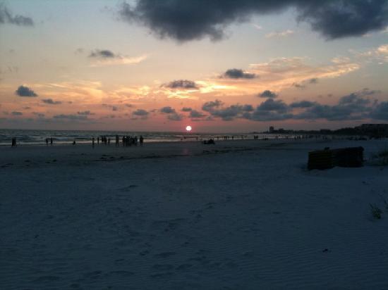 Siesta Dunes Beach Condominiums: Picturesque sunsets!