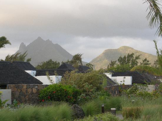 Four Seasons Resort Mauritius at Anahita : mountains framing the resort