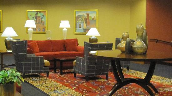 Sheraton Syracuse University Hotel & Conference Center: Lobby Seating Area