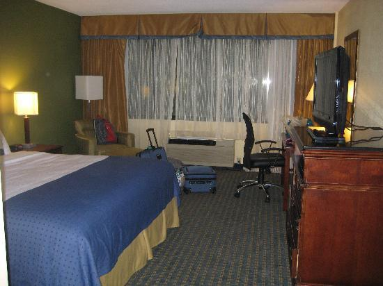 Holiday Inn Rockland: photo of king room facing back parking lot