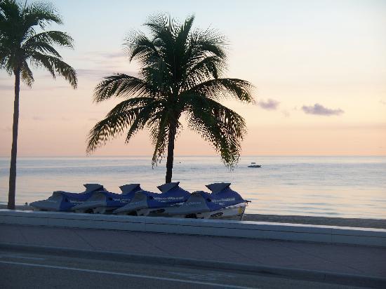 Alhambra Beach Resort: beautiful sunrise on the beach