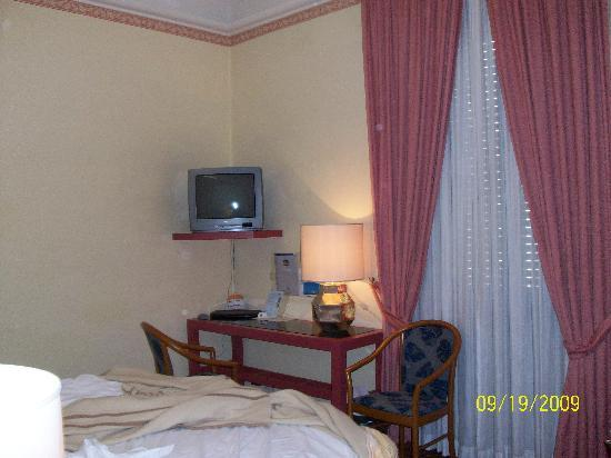 Hotel Mondial: Bedroom TV and desk