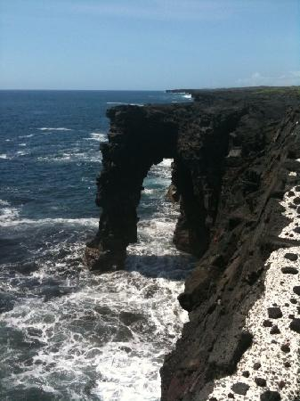 Kilauea Volcano Military Camp: Sea Arch close to lava flow