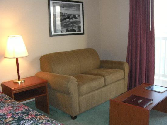 Siletz Bay Lodge: Sofa.