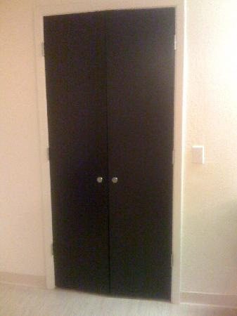 Motel 6 Anaheim Maingate: doors that had no lock and didn't always close right