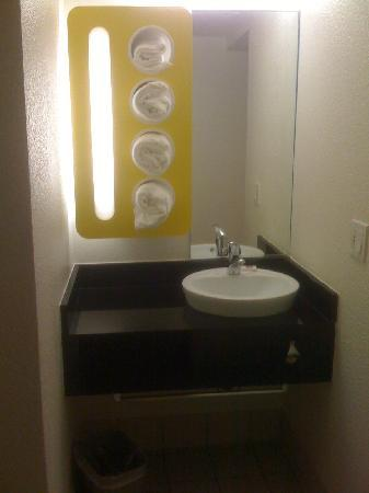 Motel 6 Anaheim Maingate: Modern but not practical- small mirror and sink space