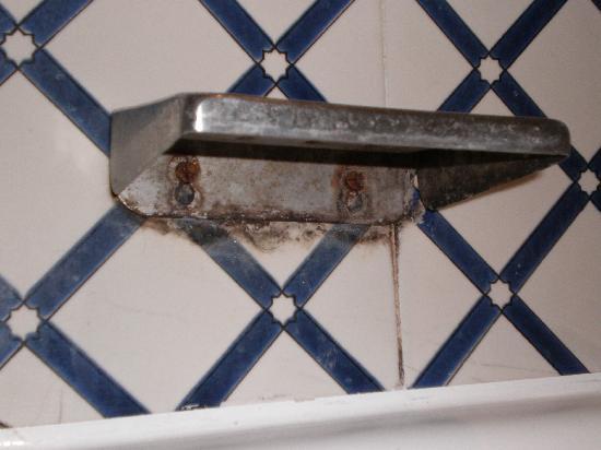 Hotel Dar El Olf: moisissure dans la salle de bains-soit disant renove depuis 3 ans