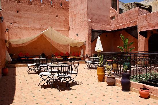 """Riad Menthe et Citron: La terraza con el """"salon-jaima"""" al fondo"""