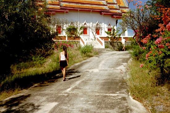 Beach Garden Hotel: På väg upp till ett tempel nånstans utaför Cha/Am
