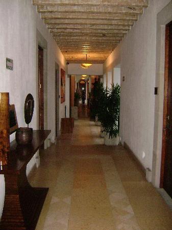 Casa San Diego: Hallway to restaurant