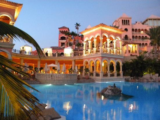 Iberostar Grand Hotel El Mirador: Pool in der Abenddämmerung